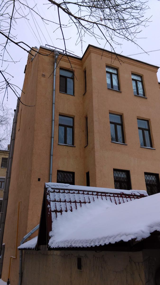 С противоположенной стороны дом не такой интересный, зато у него есть закрытый дворик. Территория ресторана принадлежащего жильцу первого этажа.
