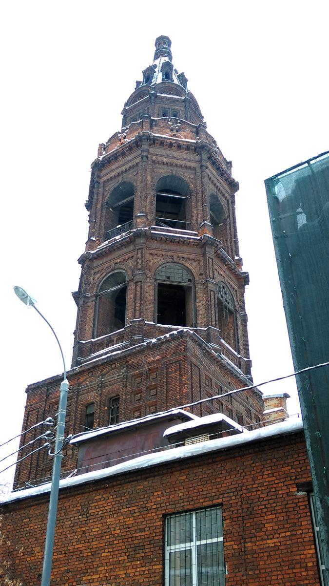 Первоначально церковь на этом месте появилась ещё в XVI веке. В дальнейшем храм несколько раз перестраивался. В 1903—1905 годах были построены сохранившиеся доныне шатровая колокольня и трапезная.