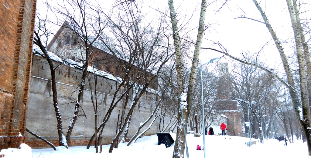 Снаружи около стены, напротив здания Солодежни расположено бомбоубежище с крыши которого дети катаются на санках.