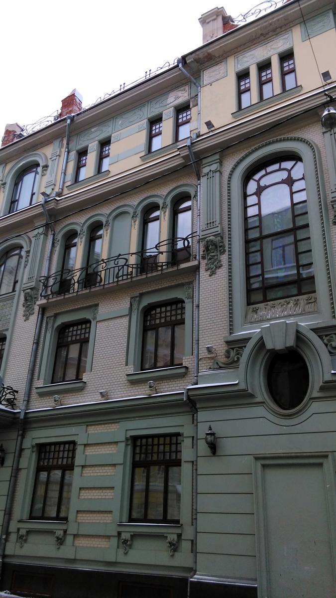 Дом в 1902 г. построил архитектор Анатолий Александрович Остроградский для известного врача, приват-доцента гинеколога Ф.А. Александрова. Тут был его кабинет, квартира, а еще он сдавал квартиры внаем.