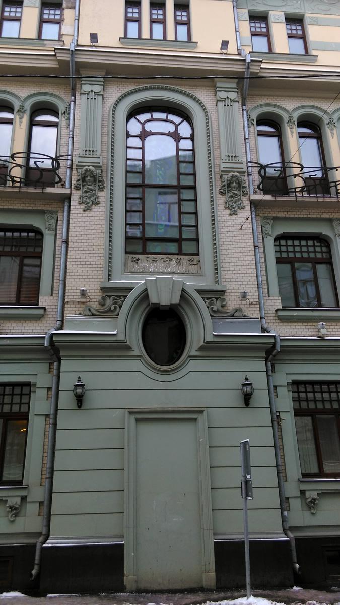 В 2000-х гг. начата реконструкция с частичным восстановлением исторических деталей фасада. Здание было надстроено четвертым этажом. Фасад частично реставрирован, частично дополнен стилизованными деталями по авторским проектам. Восстановлены фигурные переплеты окон, металлические ограждения балконов третьего этажа, лепнина вокруг центрального овального окна и в завершении пилястр, аттики и фигурные металлические ограждения кровли, а также фигурные ворота в правой части фасада, где ранее располагался въезд во двор, а теперь устроен парадный вход в здание. Очищены керамические абрамцевские вставки, которые обрели свою подлинную мерцающую изумрудно-охристую цветовую гамму. Вход в наемные квартиры, располагавшийся ранее в центре фасада, означен профилем.