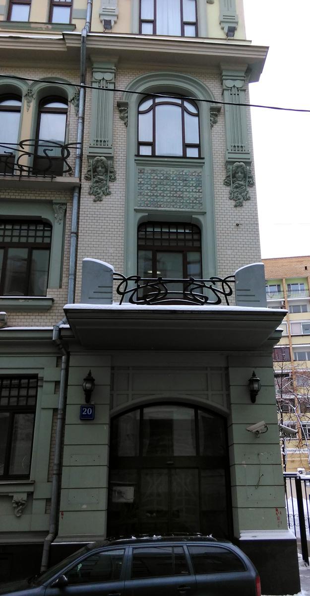 По аналогии с правым воссоздан левый балкон второго этажа. В окнах прежней лестничной клетки (овальном и вытянутом на два этажа) появились новые цветные орнаментальные витражи, стилизующие прихотливые линии модерна.