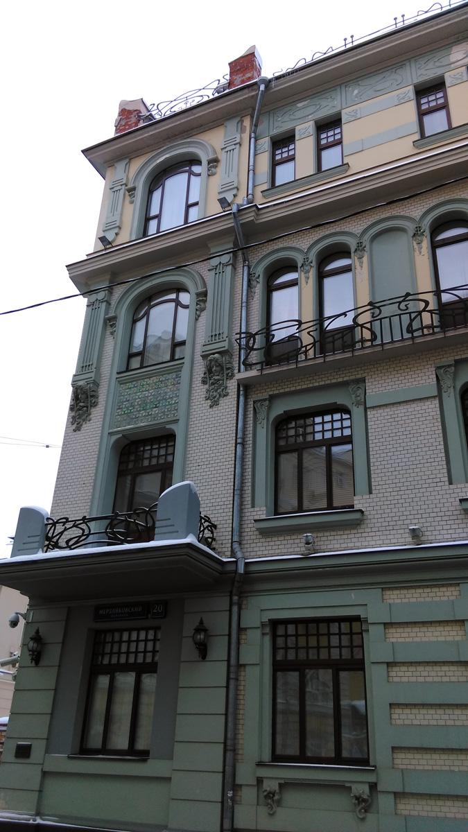 Здание было значительно перестроено в 1960-х гг. Уничтожены первоначальные входы в него, заменены фигурные рамы и прочая столярка постройки, не сохранилось большинства металлических ограждений балконов, уничтожены фигурные аттики на крыше, орнаментальные керамические панно закрашены. Были утрачены интерьеры.