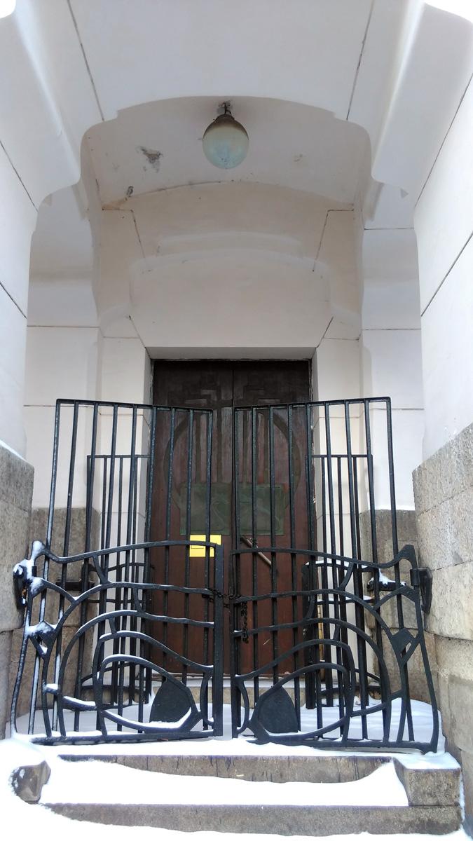 """""""Родные"""" красивые створки железных ворот закрыты на цепь. А за ними установлены более поздние простые и высокие ворота. Видимо тяга людей к прекрасному настолько сильна, что оригинальные ворота не справляются))"""