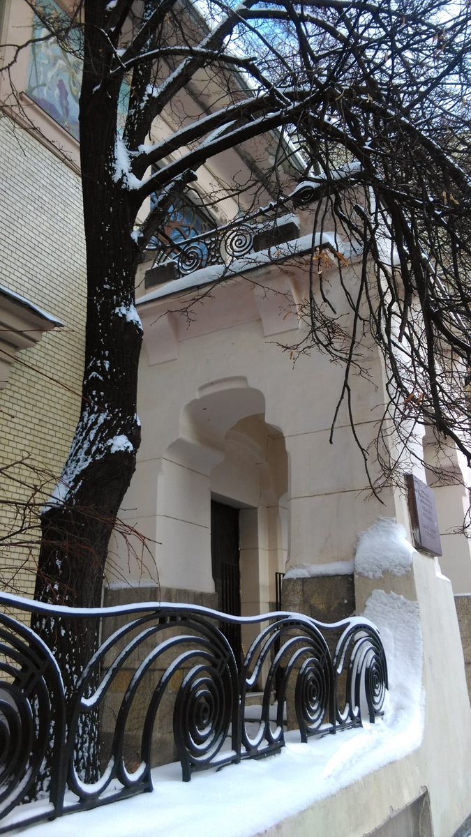 Ограждение балкона перекликается, но не повторяется с решеткой ограды.