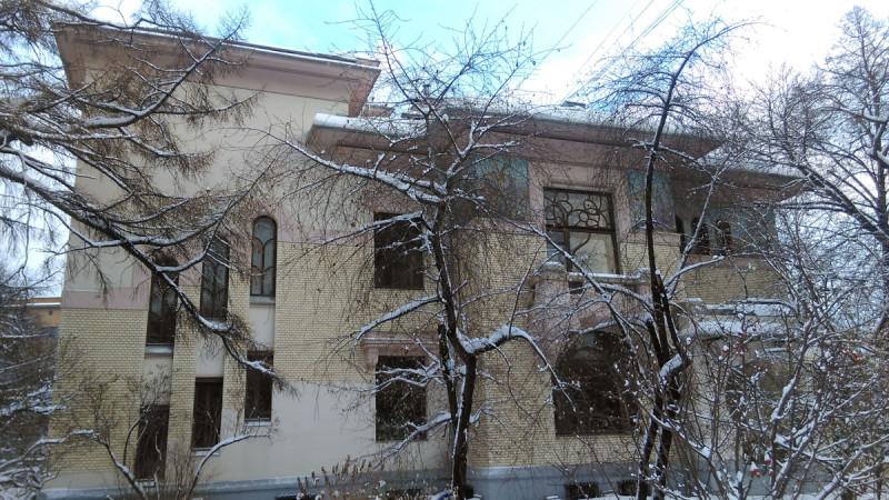 Деревья сбросили на зиму листву и позволили увидеть дом со стороны двора-сквера.