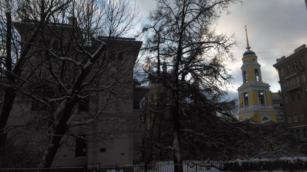А через дорогу видна высокая колокольня Храма Вознесения Господня («Большое Вознесение») в Сторожах