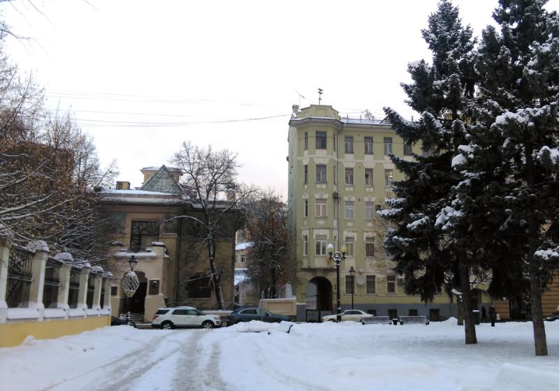 А если отойти подальше, то видна стеклянная пирамида. А справа пятиэтажный двухподъездный кирпичный жилой дом. 1910, архитектор С. А. Чернавский.