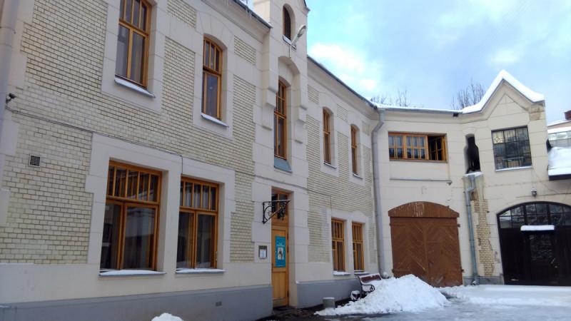 В завершении рассказа несколько фоток расположенного рядом другого здания. Здесь находится Мемориальный музей-квартира А. Н. Толстого, который проживал и работал здесь с 1941 по 1945 год.