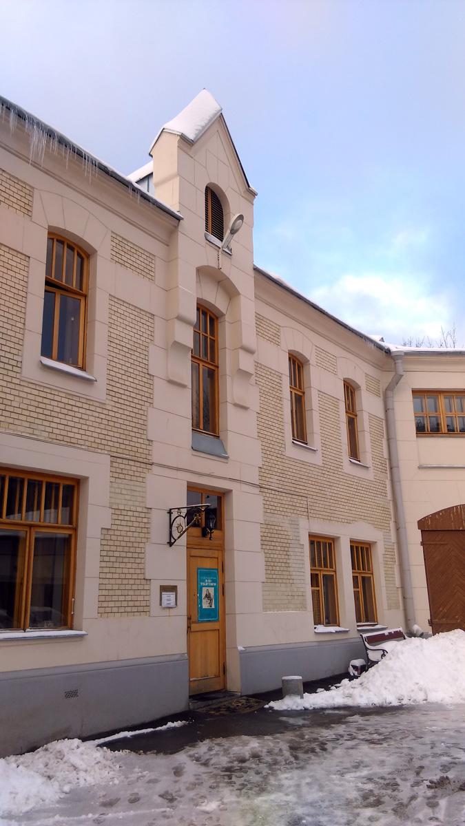 Но главное, особняк, где расположена квартира А. Н. Толстого, является частью бывшей усадьбы Рябушинских.