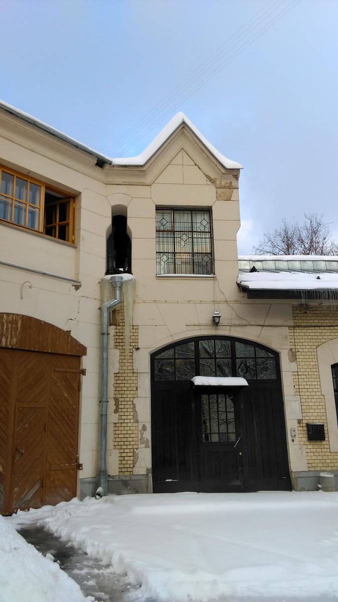 Изначально это хозяйственный флигель усадьбы, что видно по воротам и расположению постройки.