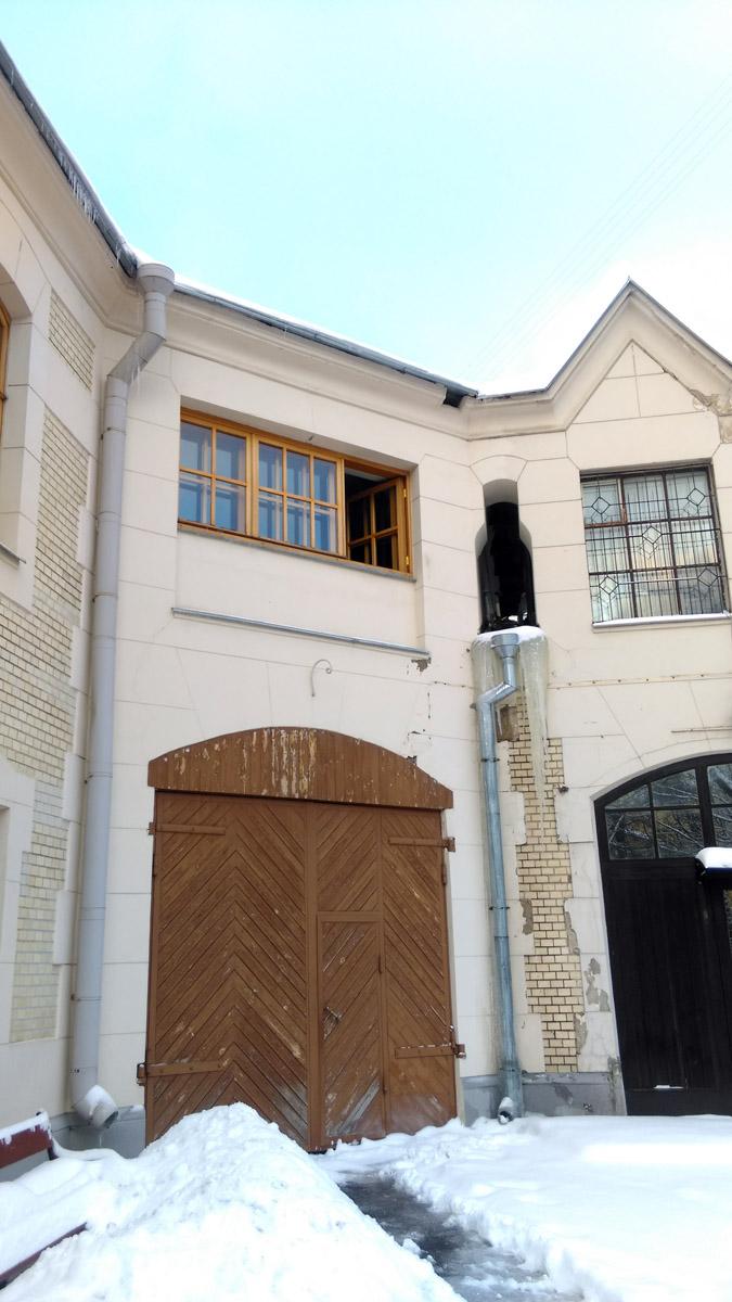 Двухэтажное здание относится к стилю раннего модерна и является уникальным памятником архитектуры с элементами английской готики и мавританского стиля.