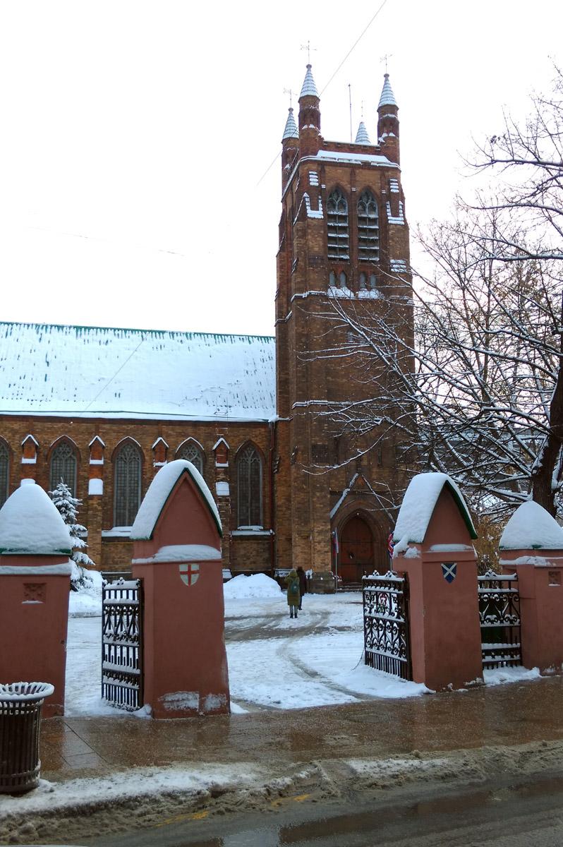 ... попадаешь в Англию... Точнее, на территорию англиканской церкви св. Андрея, построенной здесь в 1882 г.