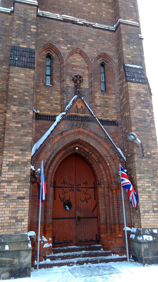Вход в церковь через ворота башни.