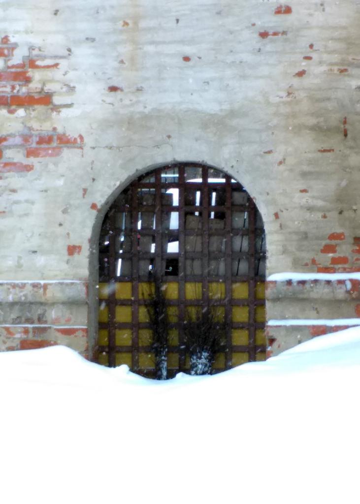 """Небольшие ворота в стене около """"Солевой"""" башни монастыря."""