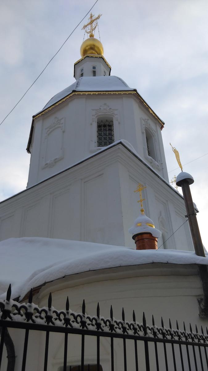 На протяжении XVII–XIX вв. облик здания претерпел значительные изменения. Уже в 1680 г. была переложена апсида храма и выстроен южный одноглавый придел Прокопия и Иоанна Устюжских, сохранившие на фасадах широко распространённые в XVII в. наличники с треугольными навершиями.