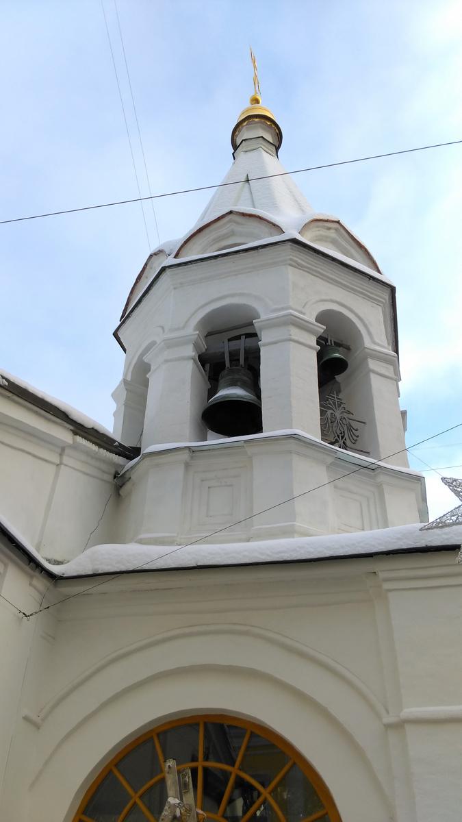 К началу XIX в. относятся пристройка, сооружённая с западной стороны южного придела, и арочная галерея на северном фасаде трапезной. В настоящее время оба придела (фасады северного переделаны) и галерея (заложена в конце XIX в.) воспринимаются вместе с трапезной как единый объём, закрывающий нижние части стен четверика. Невысокая двухъярусная колокольня типа восьмерик на четверике увенчана шатром, очевидно, переложенным в конце XIX в.