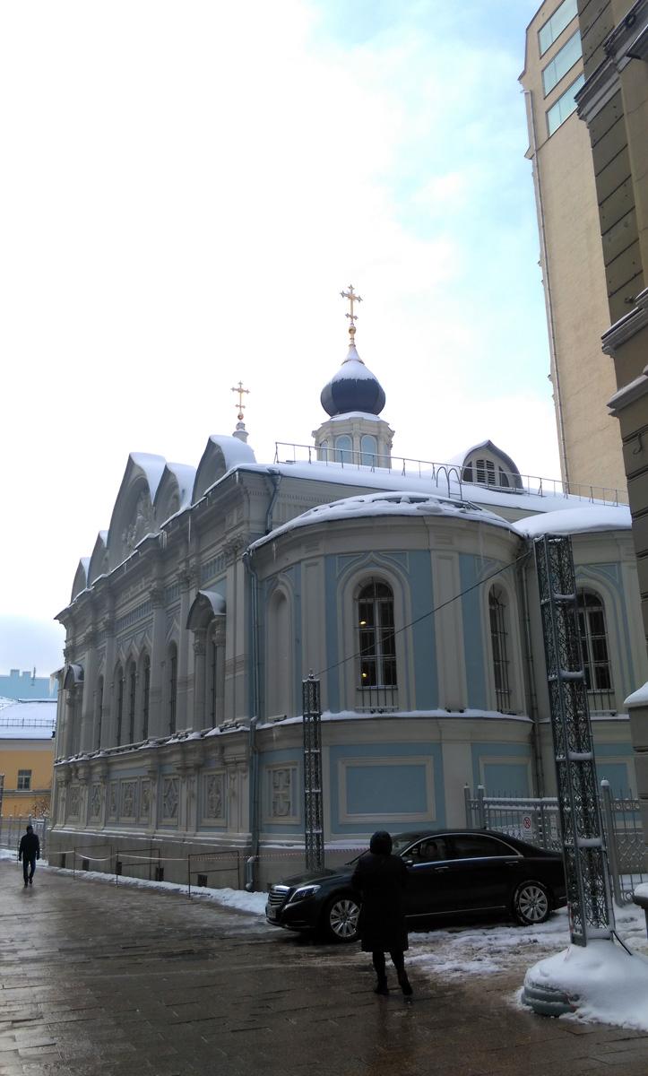 Не планировал в тот день сворачивать в Газетный переулок, но увидел Храм и свернул. Сначала, все как обычно, луковка купола и дорогая иномарка, но....