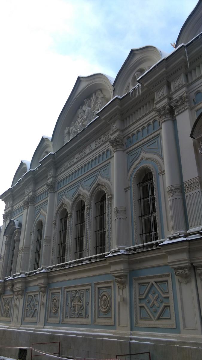 ... подойдя ближе, увидел нечто необычное, не похожее на остальные московские храмы.