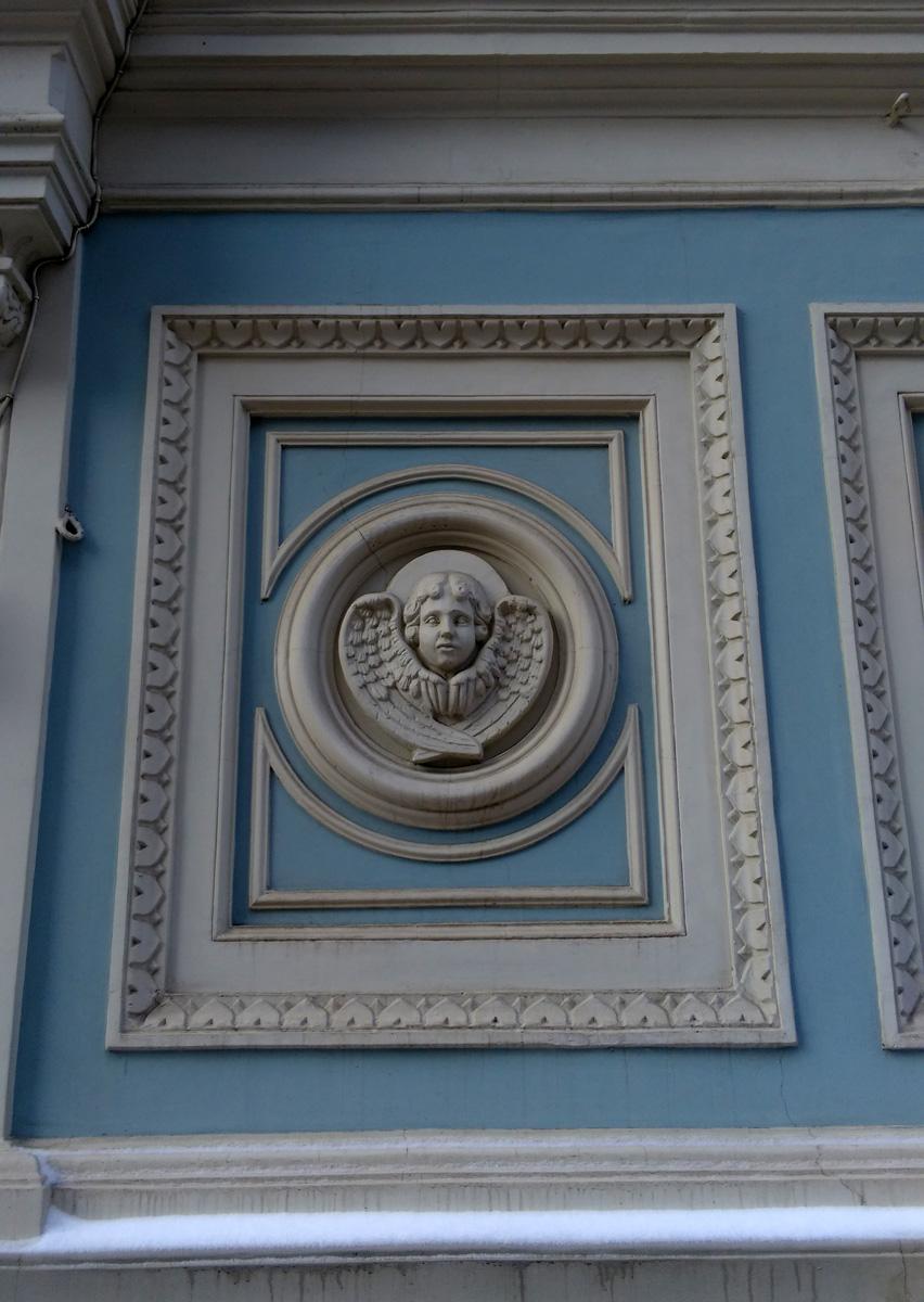Фасад храма украшают барельефы и горельефы. И не только Херувима....