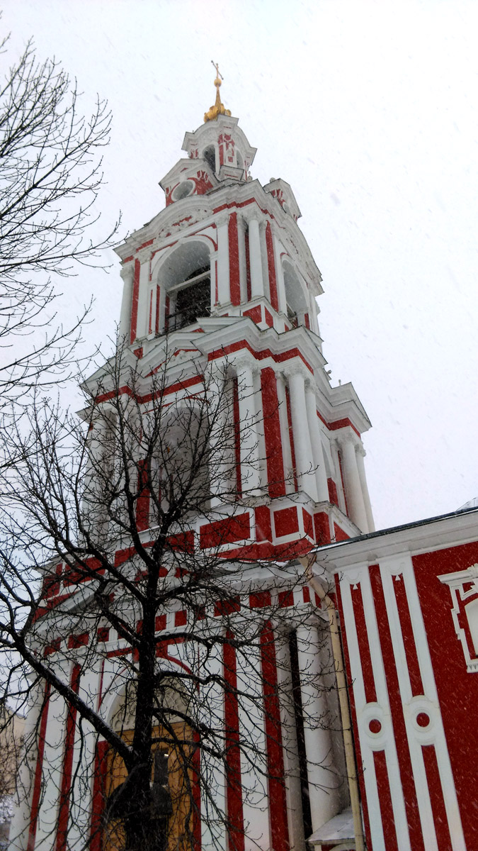 Мощная колокольня Храма. И сам Храм поразил своей монументальностью и полным отсутствием посетителей.