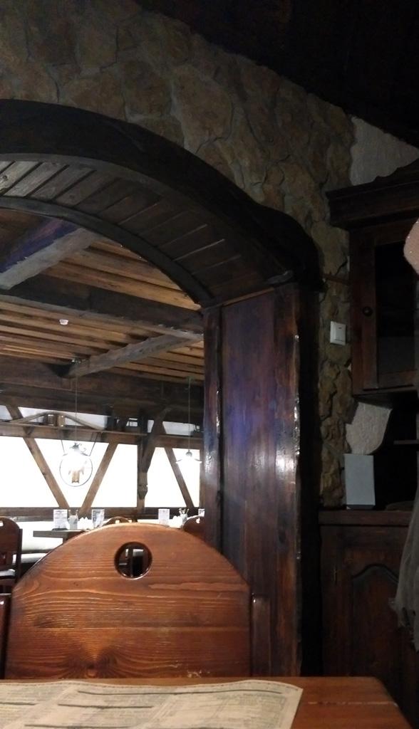 А сами залы ресторана расположены в подвале Дома.