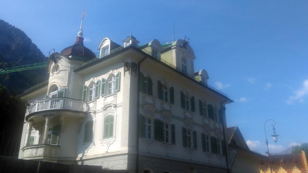 А ниже расположено множество зданий гостиниц, ресторанов, сувенирных лавок и Музей баварских королей