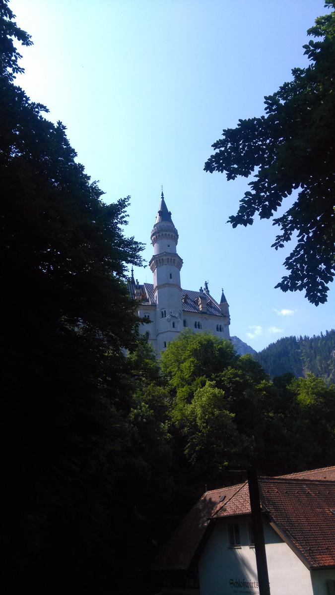 Замок Нойшванштайн (нем. Schloß Neuschwanstein [nɔy'ʃvanʃtain], буквально: «Новый лебединый камень (утёс)») — романтический замок баварского короля Людвига II около городка Фюссен и замка Хоэншвангау в юго-западной Баварии, недалеко от австрийской границы. Он был создан не только как частная резиденция, но и как дань уважения известному композитору Ричарду Вагнеру.