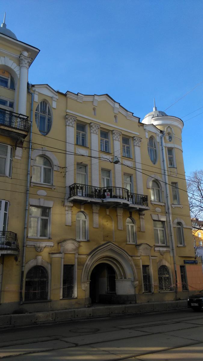 Заказчиком и первым владельцем дома был Энгельбрехт Лауриц, коллежский асессор, преподаватель древних языков 6 Московской гимназии