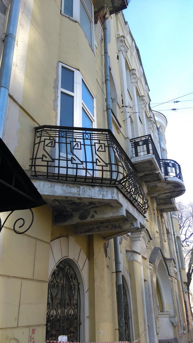 Красивые кованные решетки балконов в стиле модерн.
