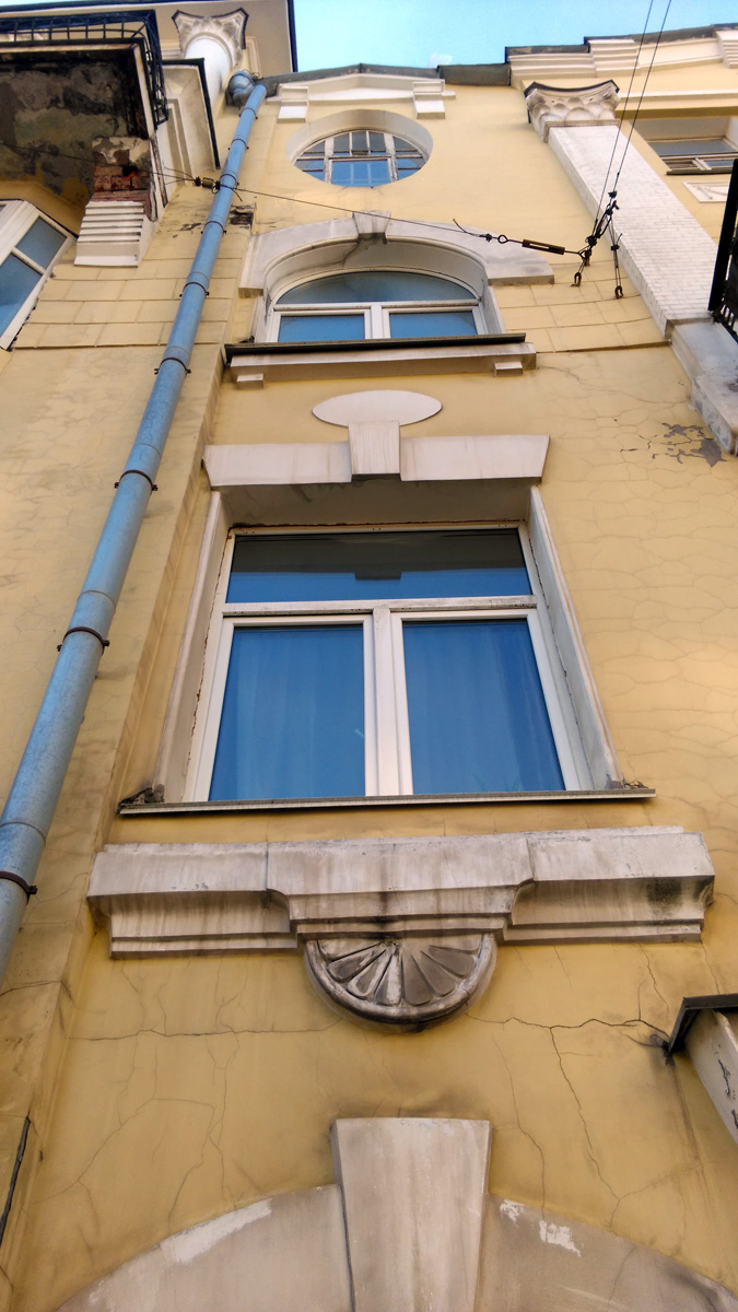 Классический замковый камень венчает окна.