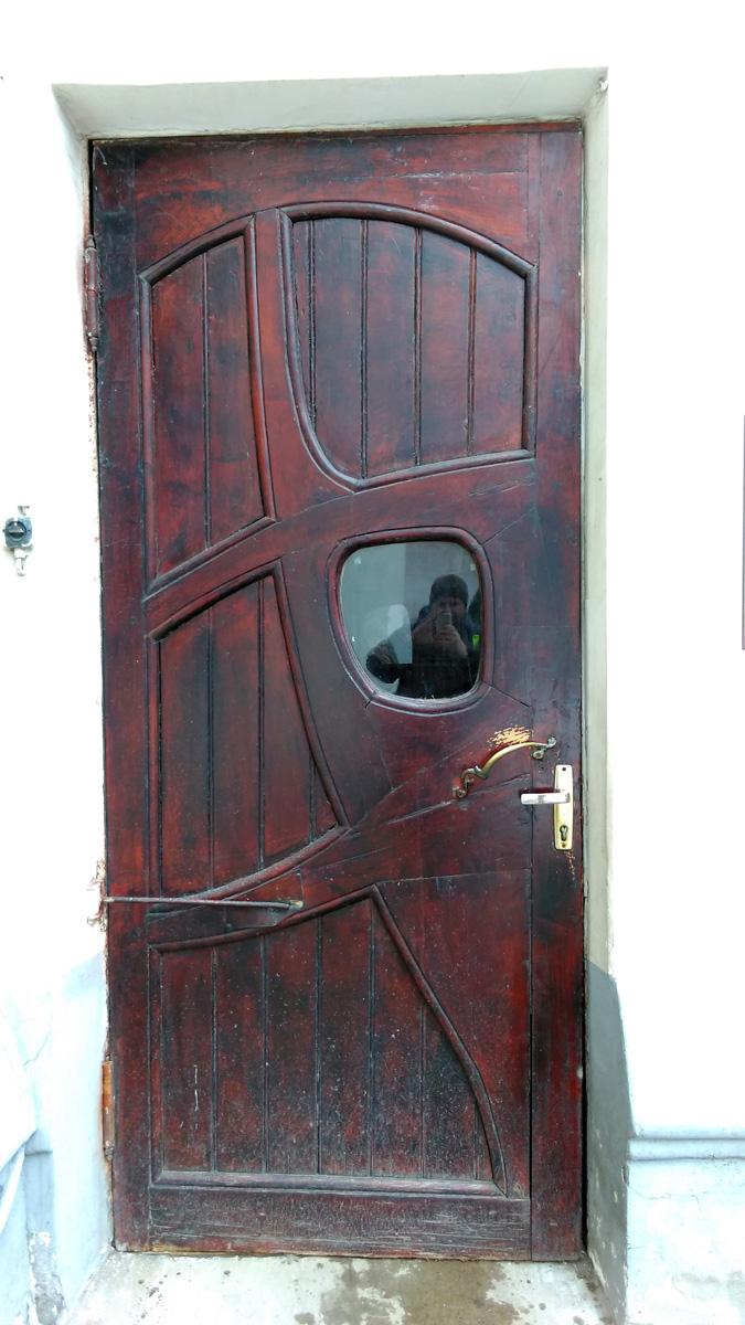 Старинная добротная дверь и увлеченный фотографированием автор отражается в стекле...
