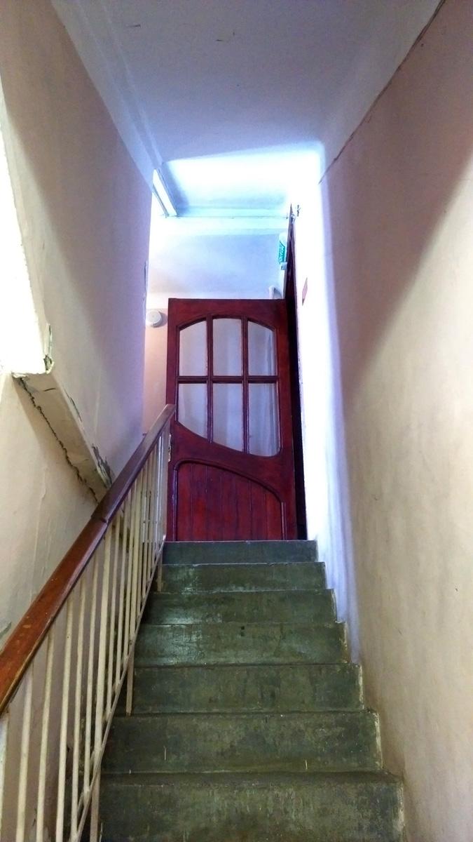 Скромная лестница ведущая в домовую молельную комнату. Про эту комнату попозже.