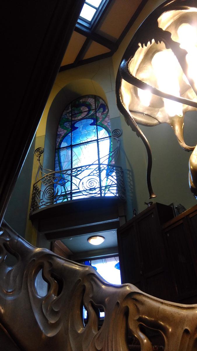 Но обо всем выше сказанном тут же забываешь, как только попадаешь в зал с легендарной лестницей-волной и лампой медузой!