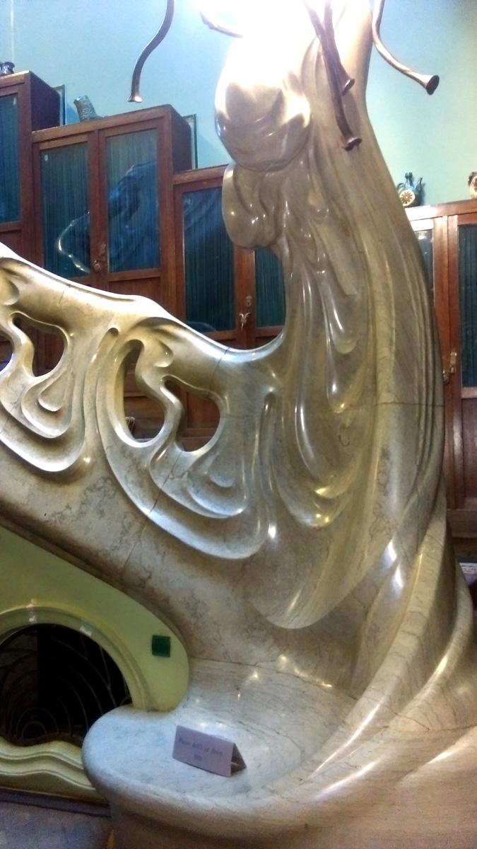 Волна ниспадает в низ и образует лавочку. Но сидеть на мраморе холодно. Поэтому, Ф. Шехтель изобрел первый в Москве кондиционер на основе работы каминов. Система эта работала до 1909 г.
