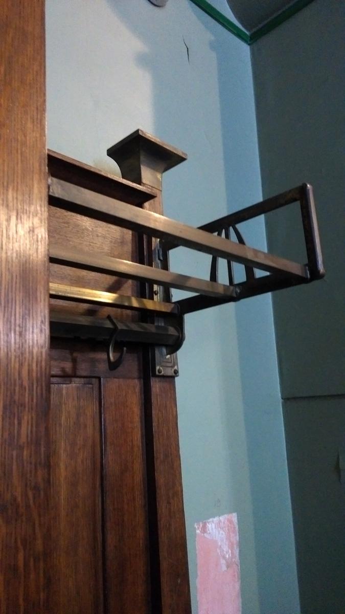Все детали интерьера и мебели разработаны тоже Ф. Шехтелем. Даже такие утилитарные вещи, как вешалки.