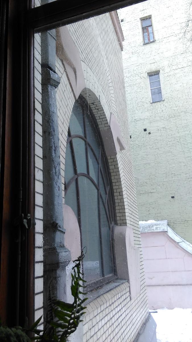 Окно в комнату, которая служила парадным кабинетом и Рябушинскому, и Горькому.
