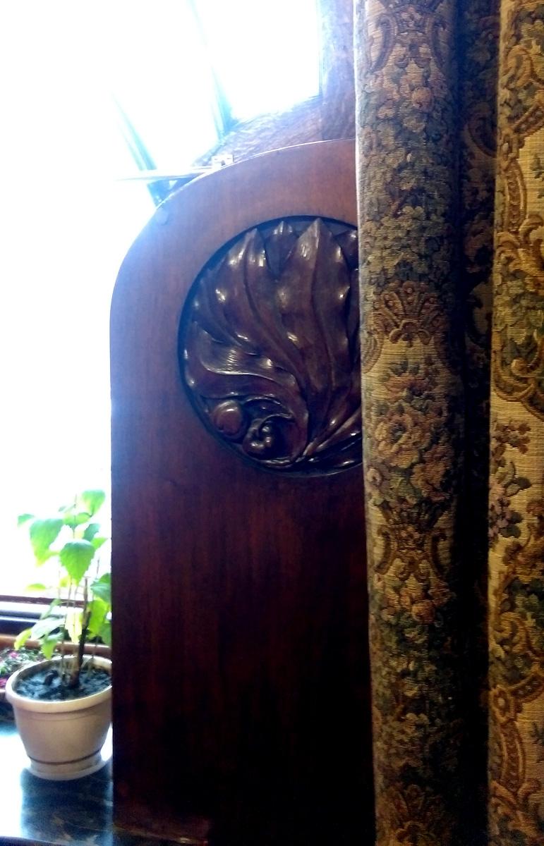 Подоконник этого окна с цветком, а рядом непонятного назначения деревянная конструкция. Предположения, что это система вентиляции или холодильник не подтвердились. Никакого функционала она не несет, только эстетика.