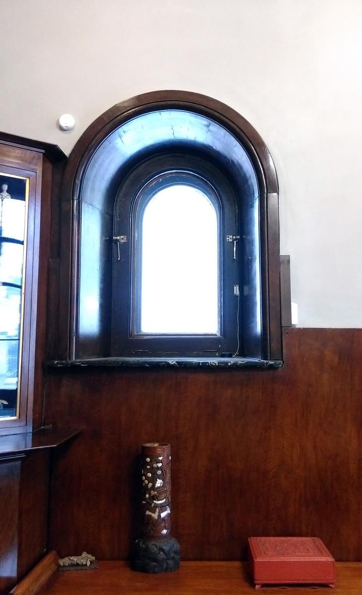 Небольшое окошко. Кстати, толщина внешних стен 1-1,20м, а внутренних 80см.