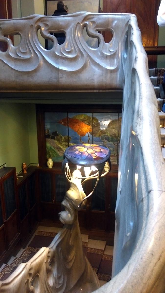 Знаменитая мраморная лестница-волна и лампа медуза/черепаха.