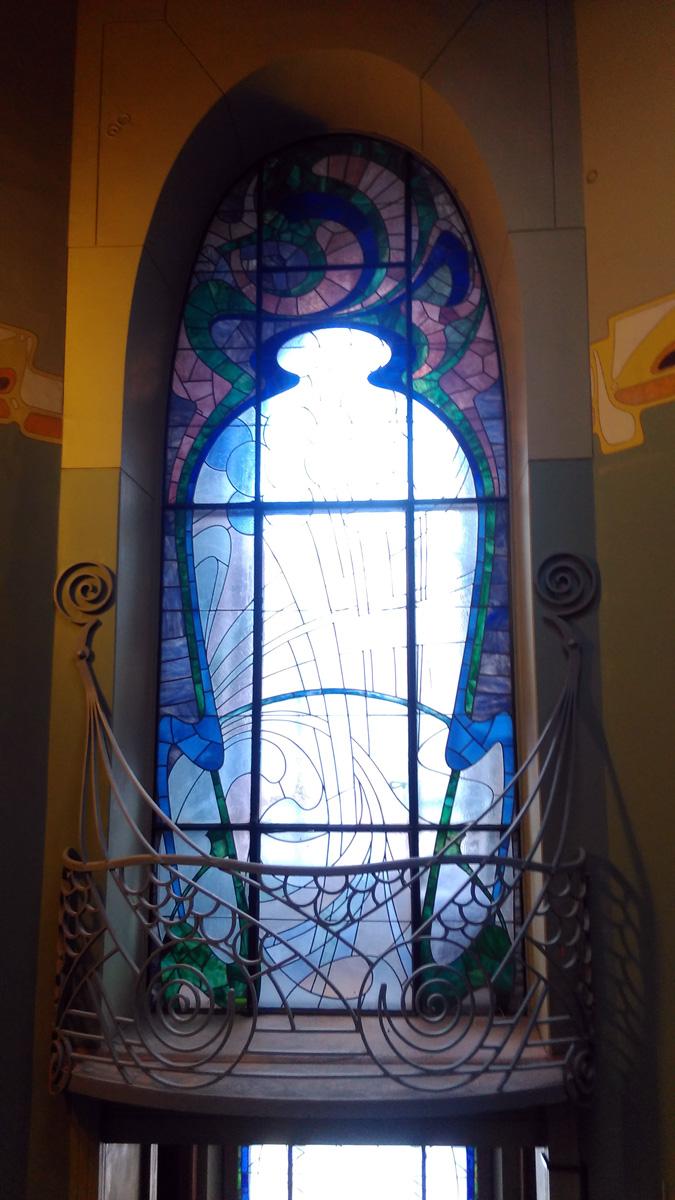 Витраж с дверью, а за ним проход между комнат.. Ограда балкона мне напоминает сову, а кому-то рыбью чешую... А Вы что видите?