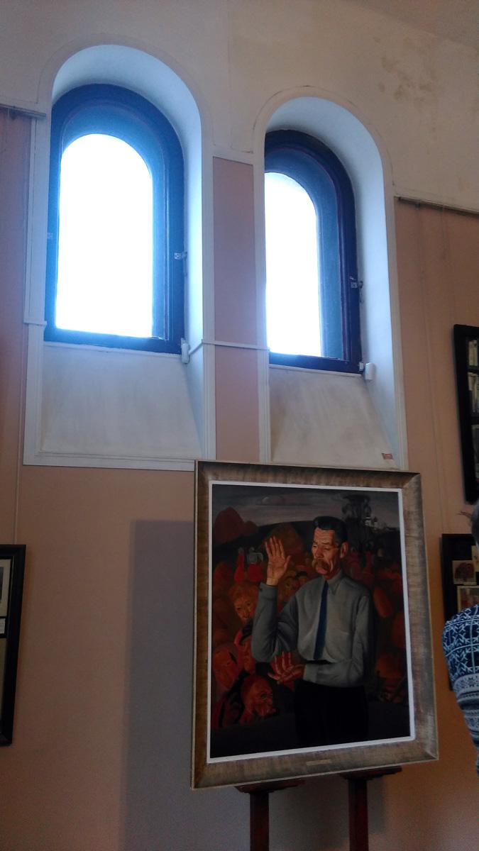 Комнату на втором этаже когда-то занимала знаменитая коллекция икон С.П.Рябушинского. Сейчас расположена экспозиция, посвященная жизни Горького. На фото картина, которая особенно нравилась писателю. Кстати, для западных читателей Горький стоит в одном ряду с Толстым и Достоевским, а у нас он прежде всего Буревестник революции. Гид рассказала, что в музее 4 раза был Пьер Карден. И естественно, она думала, что он будет, как дизайнер интересоваться обстановкой особняка, но нет, модельер интересовался именно всем связанным с великим писателем.