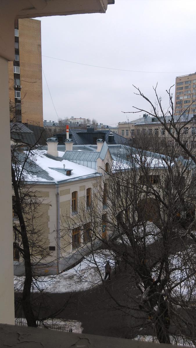 Вид из открытого окна особняка на флигель усадьбы Рябушинского.