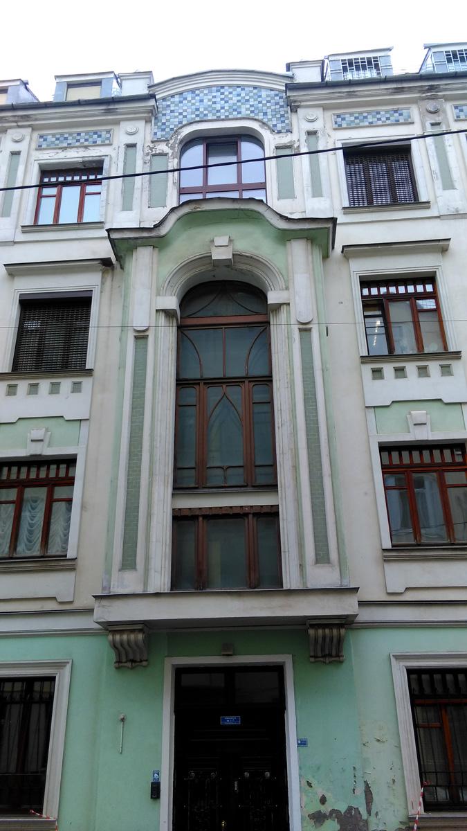 Далее, держим путь по Мерзляковский переулку, где есть несколько домов в стиле модерн.
