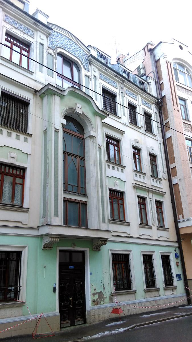 Например, этот четырехэтажный дом 18 стр 1.