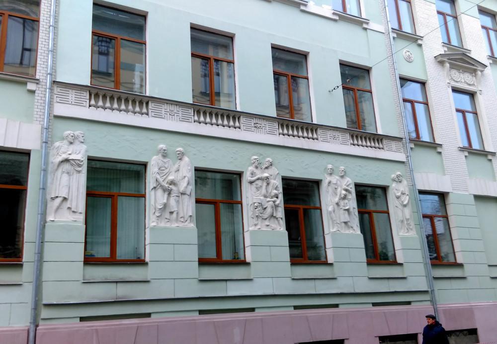 С другой стороны улицы расположен Академический музыкальный колледж (училище) при Московской консерватории. Здание построено в 1910 году по проекту Н.И. Жерихова для Флёровской гимназии. Запомните эти фигуры на стене и фамилию автора проекта. Мы еще увидим дальше еще одно его творение.