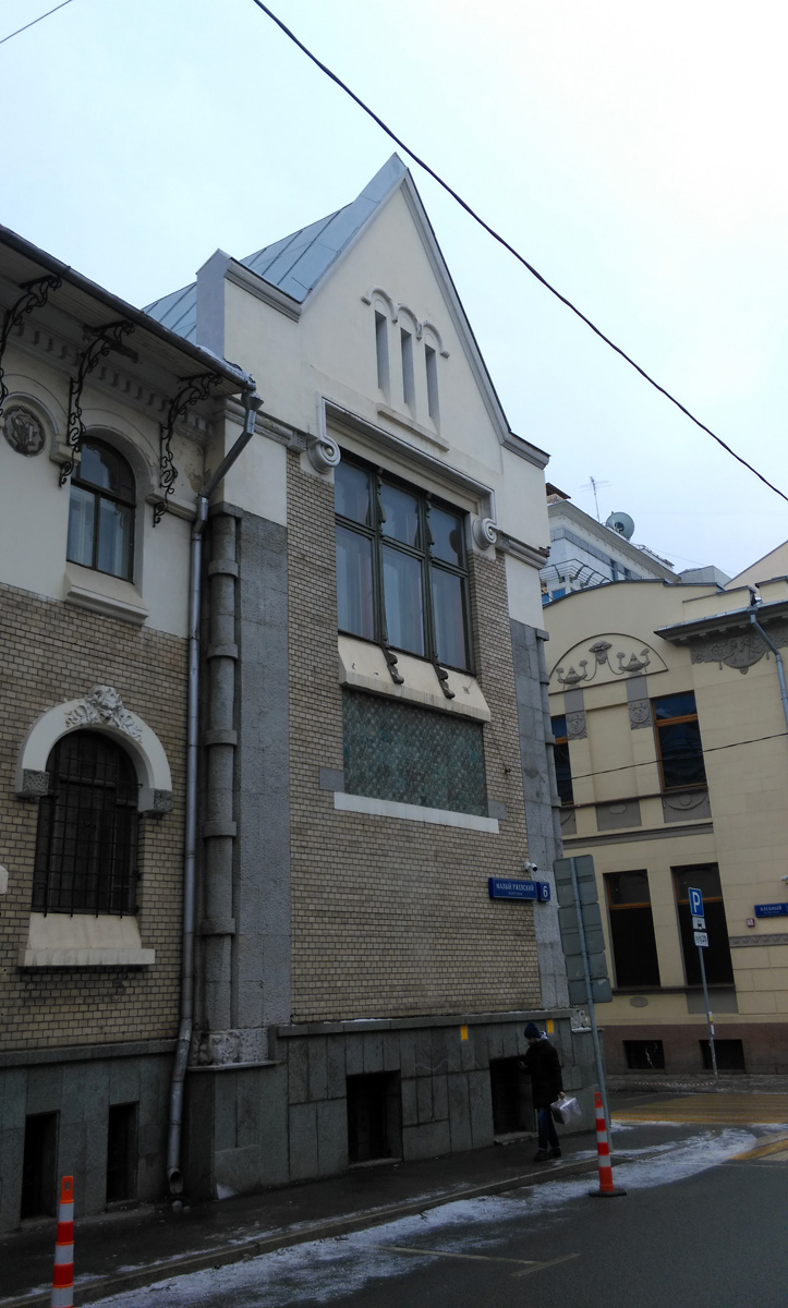Жилой дом архитектора С.У. Соловьева.  Примечательно, что архитектор для себя построил дом в стиле Модерн, при том, что все его остальные проекты сделаны в другом стиле.