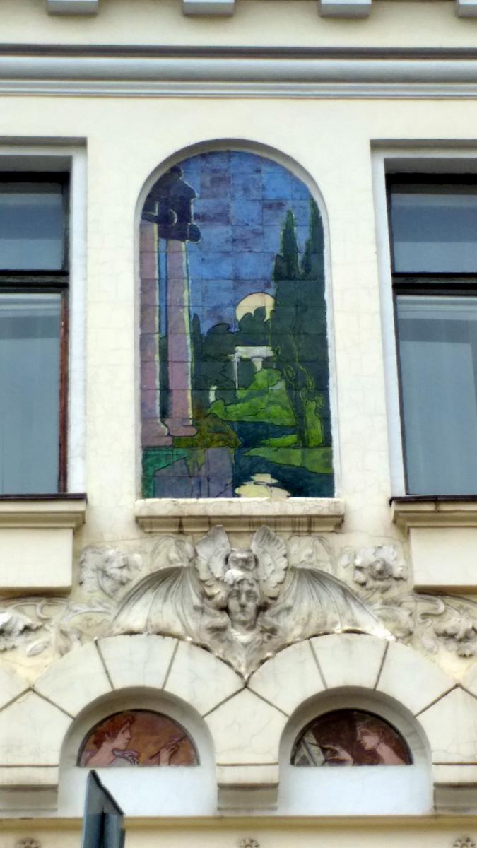 В частности,  керамическое панно и барельефная голова Афины Паллады с перепончатыми крыльям.