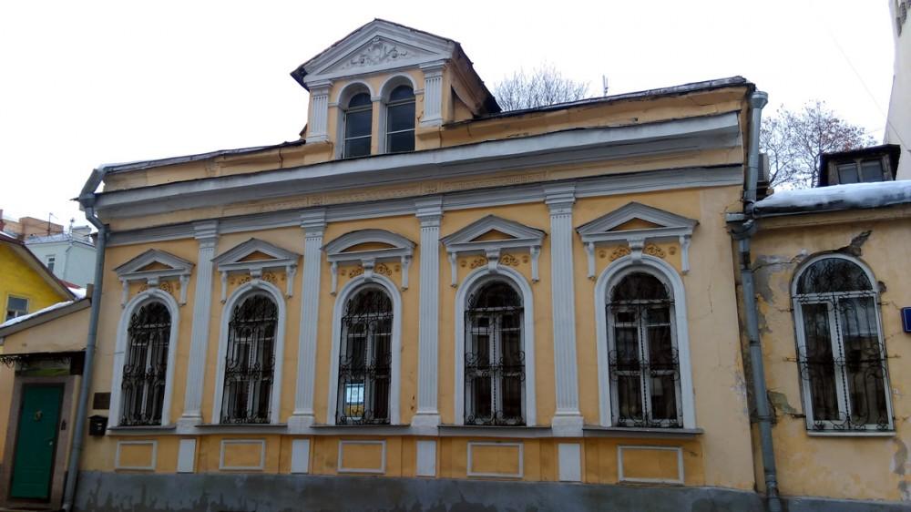 Дом вдовы титулярного советника Е. К. Фадеевой. В нем нет посольства или консульства и это сразу бросается в глаза. Но дом имеет свое очарование и в таком виде....