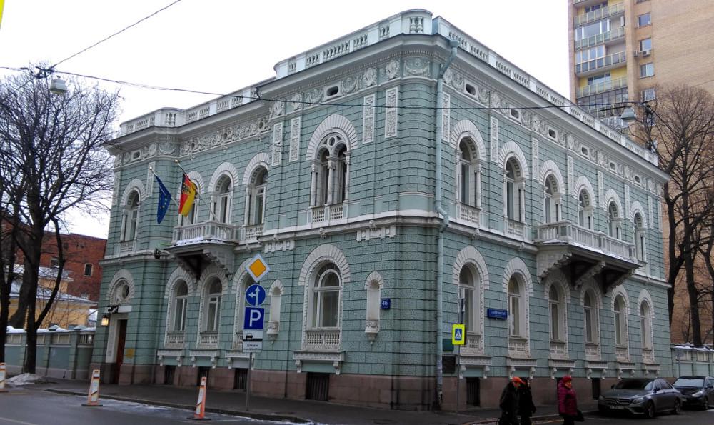 А напротив расположен Особняк Я. М. Шлоссберга. Этот особняк, один из лучших образцов эклектики, построил в 1911 году гражданский инженер польского происхождения Адольф Зелигсон.